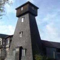 Bohrturm neben dem Museum