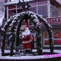 Geschmückter Marktbrunnen mit Schnee