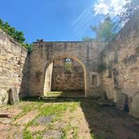 Ruine der Husenkirche im Sommer 2020
